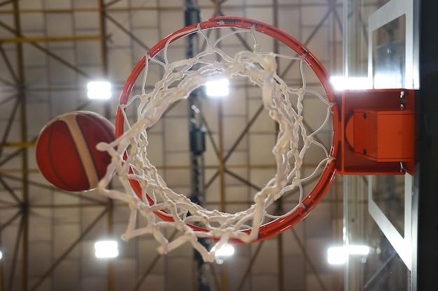 ボールはバスケットボールのフープに飛び込みます。写真中央のセレクティブフォーカス