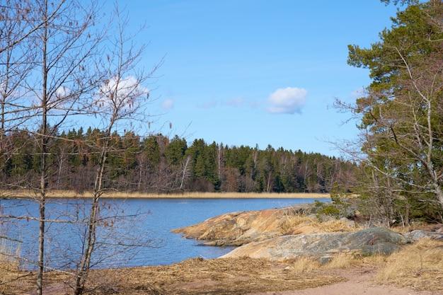 晴れた日の春のフィンランドのバルト海沿岸。