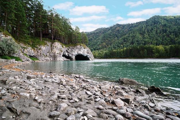 自然の洞窟があるカトゥニ川の土手