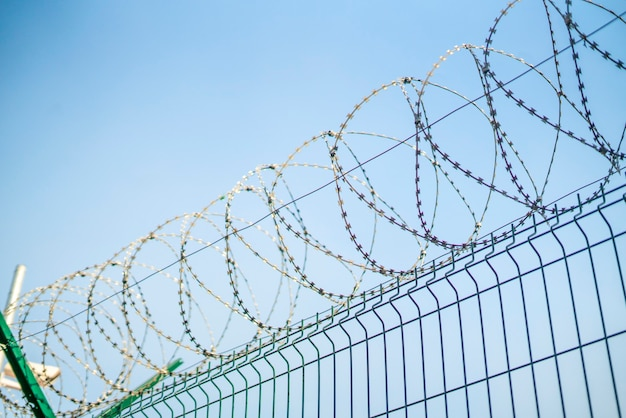 보호 된 교도소 영토의 철조망 울타리