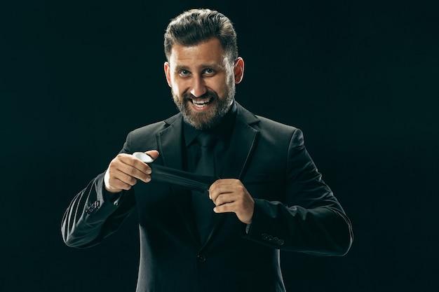 黒でスーツを着たバード男