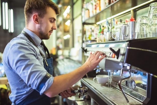 바에서 커피 머신으로 작업하는 바리스타