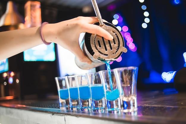 バーマンはゲストのために飲み物を作りますナイトライフクラブライフ