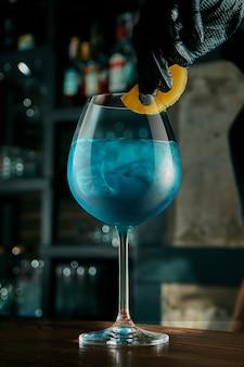 Бармен готовит алкогольный коктейль