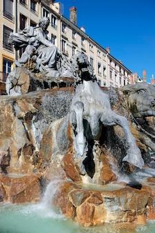 Фонтан бартольди на фоне площади терро в лионе, франция