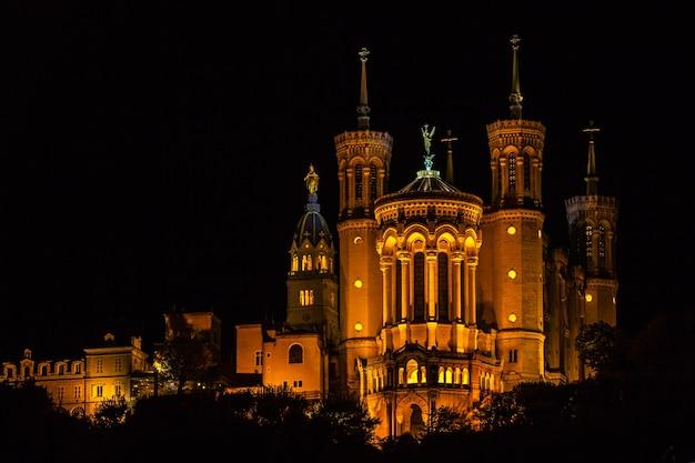밤에 프랑스 리옹의 노트르담 드 fourviere 대성당