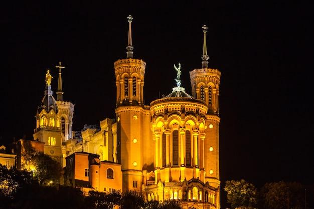 밤에 프랑스 리옹의 노트르담 드 푸르비에르 대성당