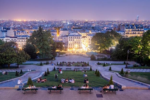Базилика святого сердца монмартра. это важный религиозный храм, расположенный в париже, на вершине холма монмартра. это небольшая базилика, посвященная святому сердцу иисуса