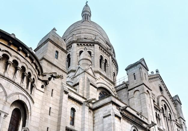フランス、モンマルトルのビュートの頂上にあるパリの聖心大聖堂(またはサクレクール寺院)