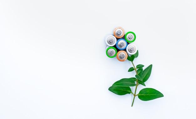 電池は花のように折りたたまれています。リサイクルの概念。省エネコンセプト。