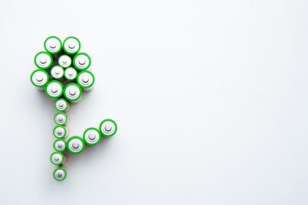 Батареи имеют форму цветка на белом фоне, вид сверху, плоская планировка, копия пространства, изолировать