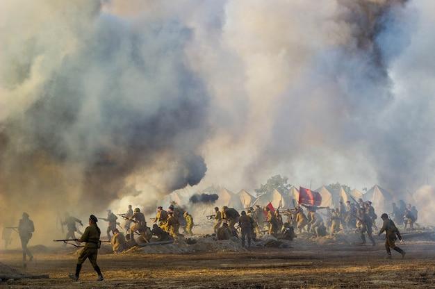 Поле боя со взрывами снарядов и бомб, дым