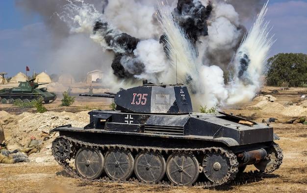 砲弾と爆弾の爆発のある戦場