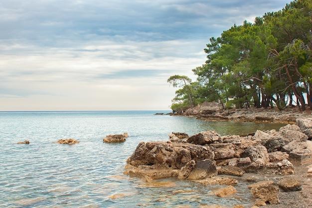 터키의 고대 도시 파셀리 스 베이. 지중해 바다 풍경. 안탈리아, 케 메르.