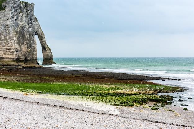 エトルタ、フランス、ノルマンディーのビーチと石の崖