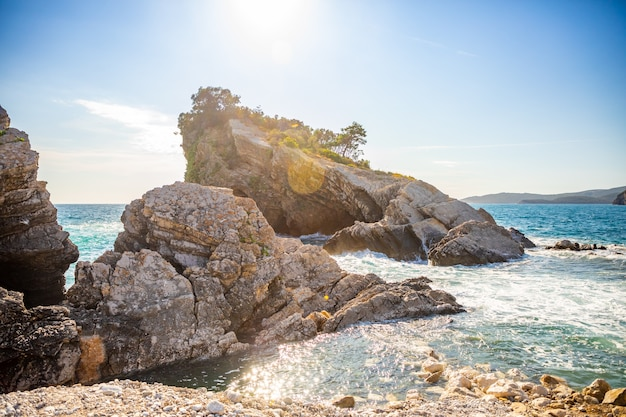 부드바 몬테네그로 성 니콜라스 섬의 해변과 절벽 섬의 파라다이스 비치...