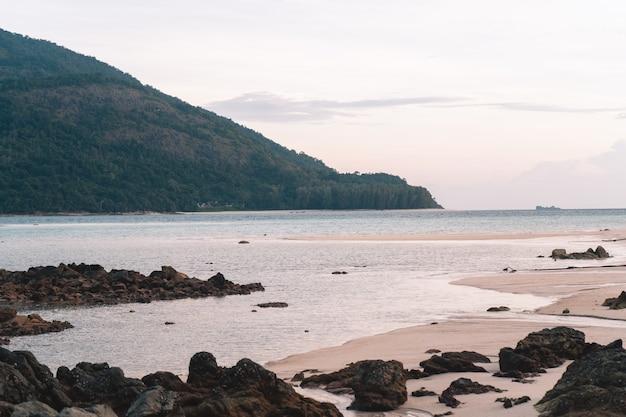 リペ島の朝のビーチと朝のロングテールボート