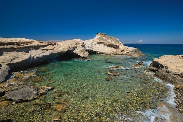 ギリシャ、ミロス島のアギオスコンスタンティノスのビーチ