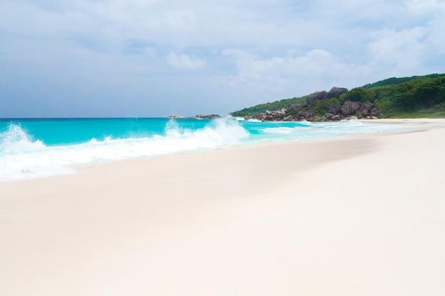 하얀 모래 청록색 물과 푸른 하늘이있는 세이셸의 해변