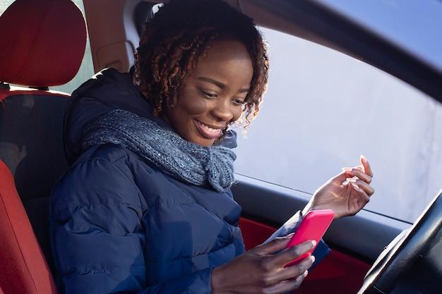 Красивая и счастливая афроамериканка в машине