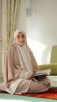 Красивая мусульманка из азии сладко улыбается