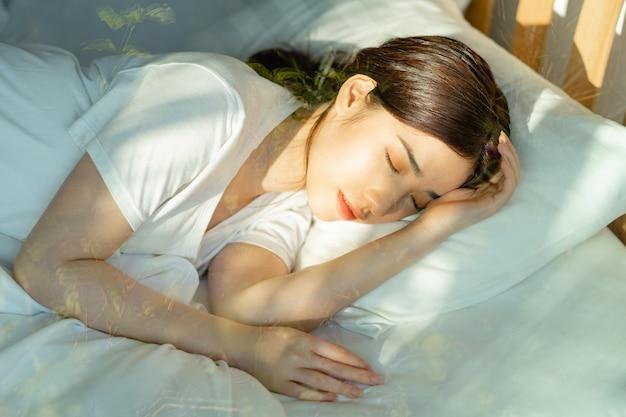 美しいアジアの女性は正午過ぎに眠っていた