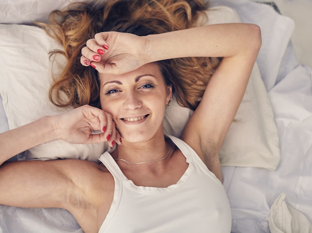 美しい白人女性が目覚めたばかり