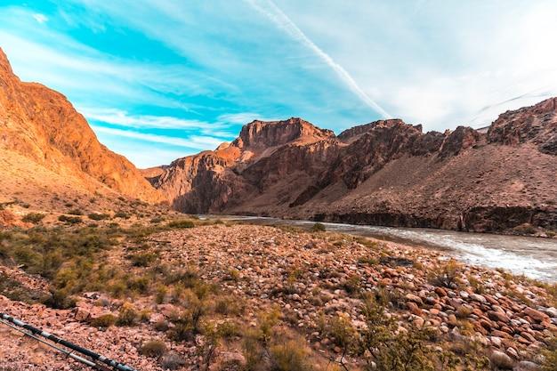 Красивая река колорадо на маршруте bright angel trailhead в гранд-каньоне. аризона