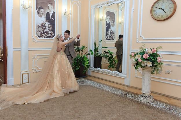 Красивая влюбленная пара. свадебная церемония. загс. молодожены в красивом номере.