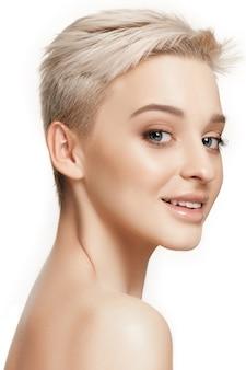 美しい女性の顔。白地に完璧で清潔な顔の肌。