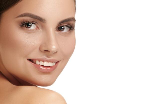 美しい女性の顔。白地に完璧で清潔な顔の肌。美容、ケア、肌、トリートメント、健康、スパ、化粧品のコンセプト