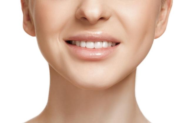 아름다운 여성의 얼굴. 하얀 얼굴의 완벽하고 깨끗한 피부. 아름다움, 관리, 피부, 치료, 건강, 스파, 화장품 개념