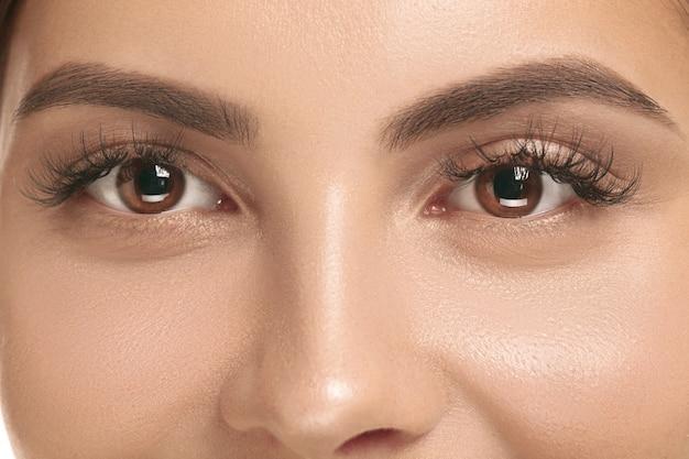 美しい女性の顔。白地に綺麗なお顔の素肌。美容、ケア、肌、治療、健康、スパ、化粧品のコンセプト