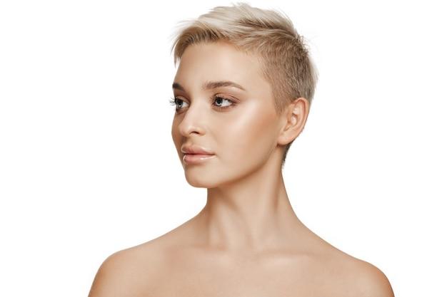 Красивое женское лицо. идеальная и чистая кожа лица на белом. красота, уход, кожа, лечение, здоровье, спа, косметическая концепция