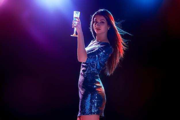 シャンパンを飲みながらパーティーで踊る美少女