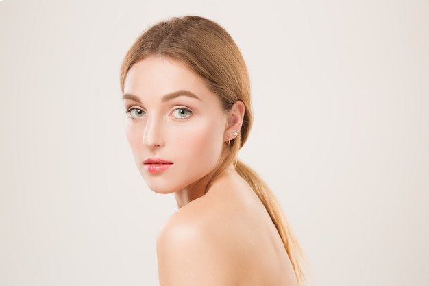 Красивое лицо девушки. идеальная кожа и положительные эмоции. студийный снимок