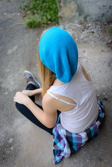 도보에 파란 모자에서 아름 다운 소녀