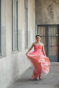 バルコニーに沿って歩く美しい少女