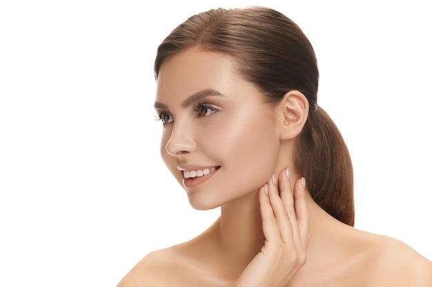 美しい幸せな笑顔の女性の顔。白地に完璧で清潔な顔の肌。美容、ケア、肌、トリートメント、健康、スパ、化粧品のコンセプト