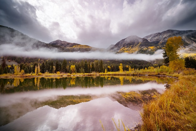 Красивое озеро в осенний сезон