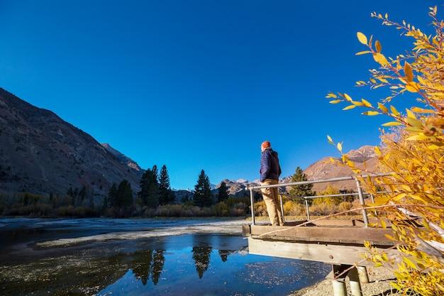 秋の美しい湖