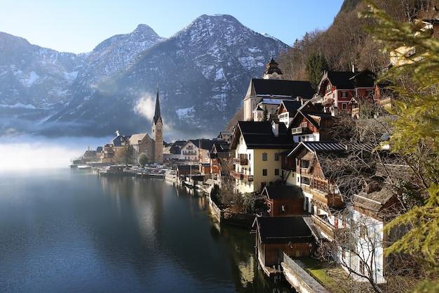 Красивый пейзаж деревни гальштат с озером и горами.