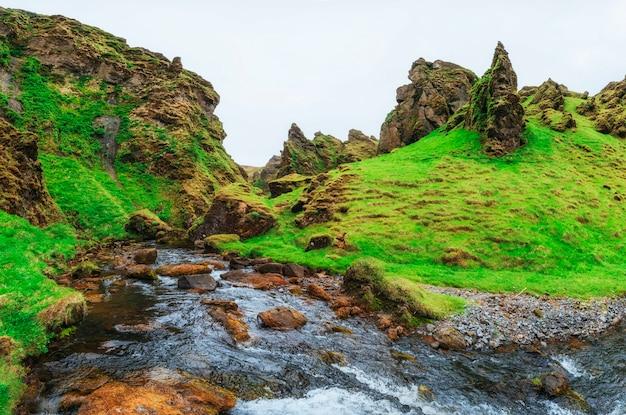 アイスランドの山と川の美しい風景