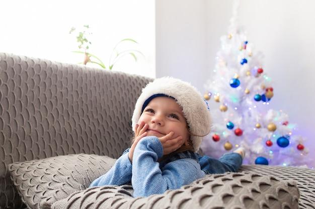 クリスマスに家にいる美しい少女