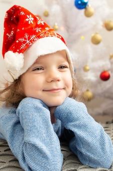 お正月の帽子をかぶった美しい少女