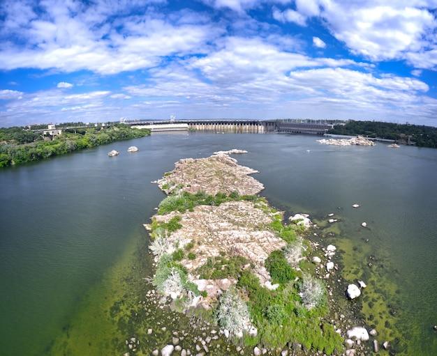 Красивая река окружена зеленой и свежей растительностью в городе.