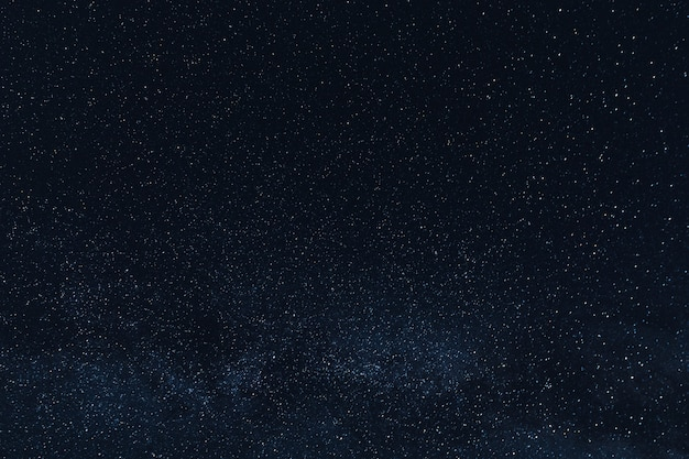 Красивые сияющие звезды в ночном небе