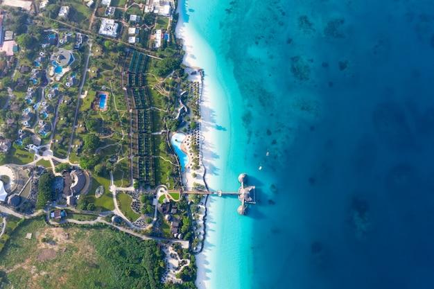 Красивый тропический остров занзибар с высоты птичьего полета. море на пляже занзибар, танзания.
