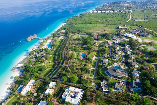 Красивый тропический остров занзибар с высоты птичьего полета. море на пляже занзибара, танзания.