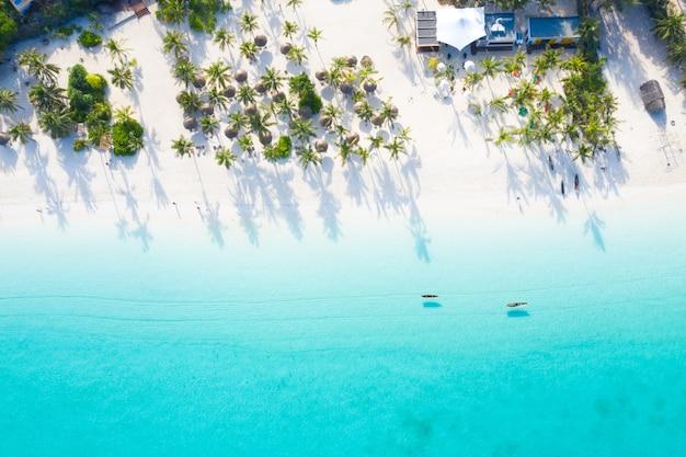 Красивый тропический остров занзибар с высоты птичьего полета. море на пляже занзибар, танзания. Premium Фотографии